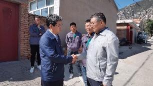 今年过节不休假,涿鹿县领导深入农村煤改电现场调研